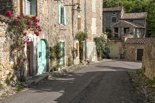 Malerische Gasse im Städtchen Salavas in der Ardeche, Südfrankreich