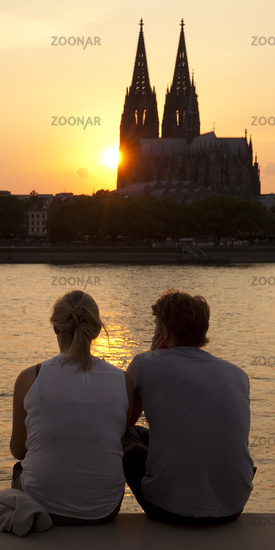 pair at the Rhine with Cologne Cathedral at sunset, Cologne, North Rhine-Westphalia, Germany, Europe
