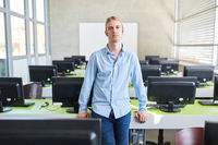 Mann studiert Informatik im Computerkurs