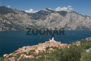 Blick auf den Ort und Gardasee