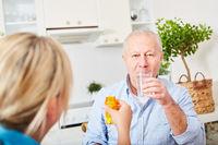 Senior mit Alzheimer nimmt Arznei