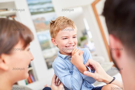 Junge als fröhlicher Sohn mit seinen Eltern