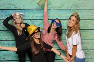 mädchengruppe mit hüte und hasenohren - party mit photo booth