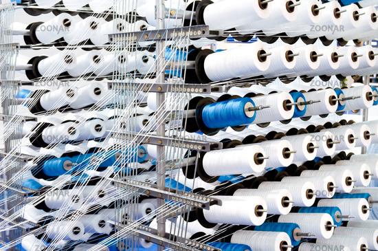Garnrollen auf einem Webstuhl Spools of thread on a loom