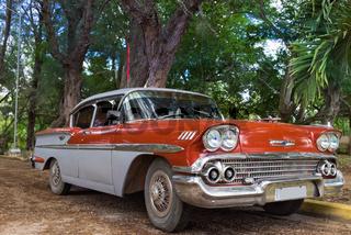 Amerikanischer roter Oldtimer parked in Santa Clara Cuba - Serie Kuba Reportage