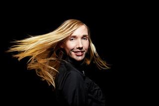 Frau mit fliegenden Haaren in Dunkeln