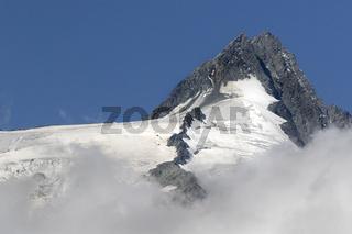 Gipfel des Großglockner mit Wolken, Nationalpark Hohe Tauern, Kärnten, Österreich, Europa