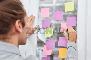 Geschäftsmann bei einer Brainstorming Übung