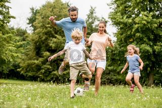 Familie spielt Fußball in der Freizeit