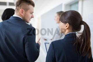 Zwei junge Geschäftsleute als Kollegen im Dialog