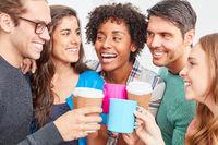 Start-Up Team feiert Teamgeist in einer Kaffeepause