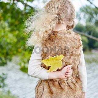 Mädchen sammelt ein Blatt