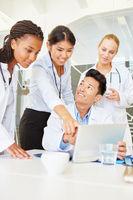 Ärzte Team in einer Computer Schulung