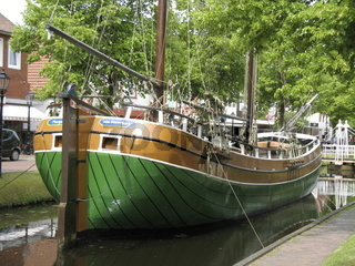 Segelboot aus Holz  in einem Kanal von Papenburg,
