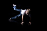 Junge tanzt Breakdance wd692