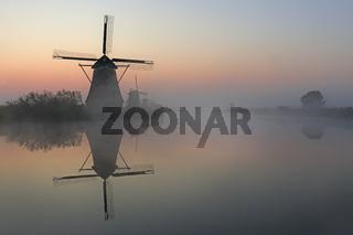 Historische Windmhlen im Nebel, Kinderdijk, Provinz Südholland, Niederlande, Europa