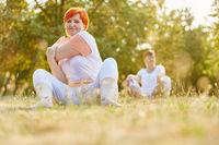 Zwei ältere Frauen machen Stretching