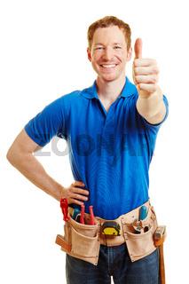 Mann als Heimwerker hält Daumen hoch
