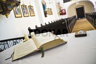 Gebetsbuch in einer Kirche - book of prayers in a church