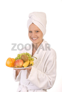 Junge Frau mit Obstteller