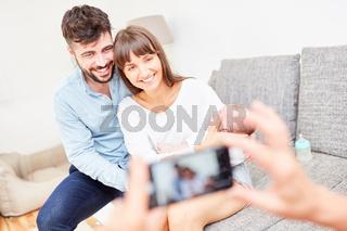 Foto von glücklichen Eltern mit Baby