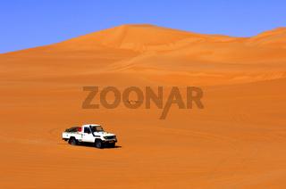 Geländefahrzeug im Ubari Sandmeer