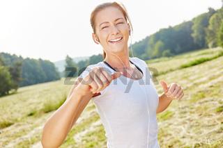 Junge Frau als Jogger beim Laufen