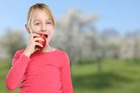 Apfel essen Kind Mädchen Obst Früchte gesunde Ernährung Textfreiraum Copyspace