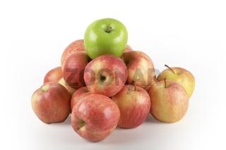 Rote Äpfel mit grünem Apfel auf Spitze