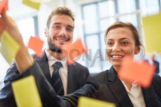 Geschäftsleute sammeln Ideen im Workshop