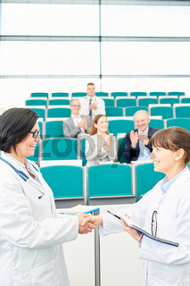 Handschlag zwischen Ärztin und Studentin