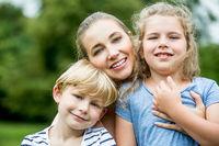 Glückliche Mutter und zwei Kinder