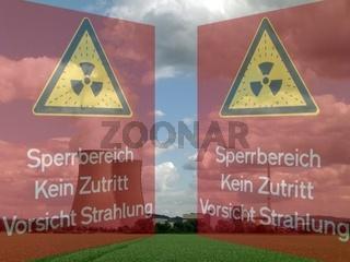 Kühltürme und Reaktor eines KKW mit Warnschildern (als Türflügel) im Vordergrund