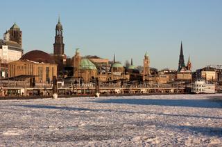 Die St. Pauli-Landungsbrücken in Hamburg im Winter