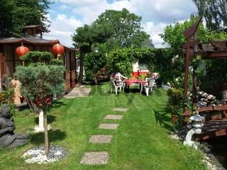 Sitzgruppe auf Rollrasen im Garten