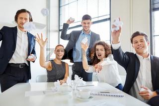 Start-Up Team wirft mit Papier