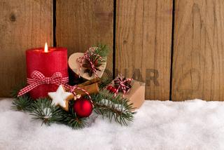 Weihnachten - Dekorierte Päckchen im Schnee vor Holz