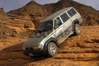 Geländefahrzeug in einer steilen Felspassage,Sahar