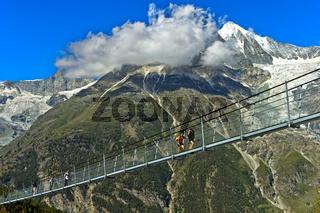 Wanderer auf der längste Fussgänger-Hängebrücke der Welt, Weisshorn Gipfel, Randa, Wallis, Schweiz