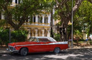 Amerikanischer roter Oldtimer mit weissem Dach parkt in Havanna Kuba - Serie Cuba Reportage