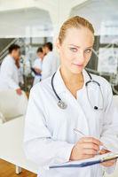 Junge Frau als kompetente Ärztin