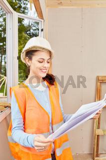 Frau als Handwerker Lehrling mit Bauplan