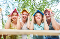 Familie freut sich auf Eigenheim in der Zukunft