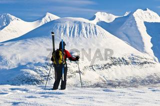 skitourengeher im akkamassiv, stora sjoefallet nationalpark, welterbe laponia, lappland, norrbotten, schweden, ski touring at akka massif, lapland, sweden
