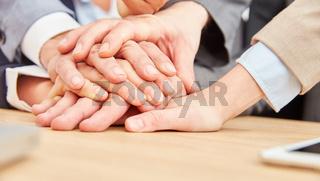 Geschäftsleute stapeln Hände für Teamentwicklung