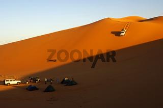 Geländewagen in einer Sanddüne, Sahara