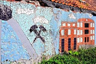 Zeche an der Wand aus Fliesenresten