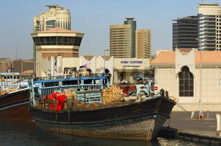 Dhau-Schiff am Zoll von Dubai