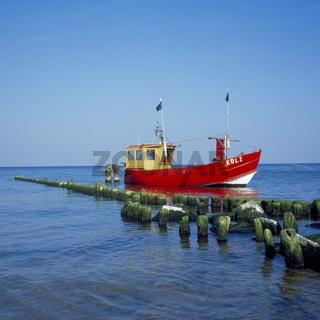 rotes Fischerboot vor Anker in der Ostsee