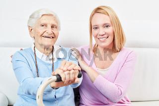 Familie mit alter Frau als Mutter und Tochter